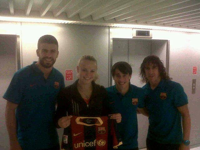 Caroline Woźniacki z piłkarzami Barcelony