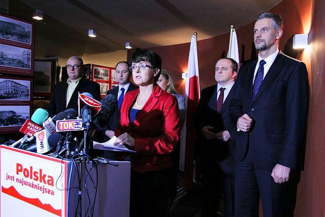 Joanna Kluzik-Rostkowska i Elżbieta Jakubiak, Michał Kamiński, Adam Bielan, Paweł Kowal i Paweł Poncyljusz podczas konferencji, na której poinformowali o zarejestrowaniu stowarzyszenia ''Polska jest najważniejsza''.