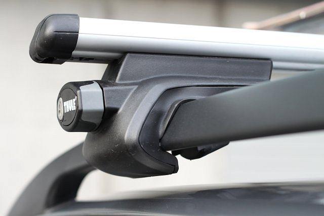 Fabrycznie montowane relingi dachowe - jak w Suzuki SX4 - znacznie ułatwiają montaż bagażnika dachowego