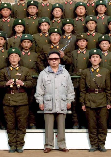 Kim Dzong Il wśród swoich żołnierzy, fot. AP