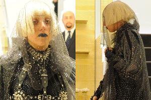 Lady Gaga najwyraźniej wraca do dawnej stylizacyjnej formy. Na zakupach w butiku Chanel w Mediolanie przyłapali ją paparazzi. Gwiazda miała na sobie absolutnie niesamowity strój.
