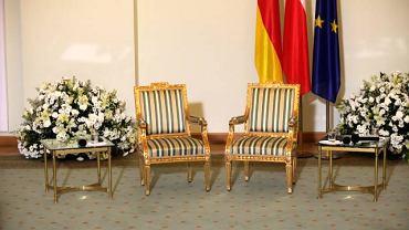 Puste krzesła oczekujące na prezydentów Polski i Niemiec - Bronisława Komorowskiego i Christiana Wulffa