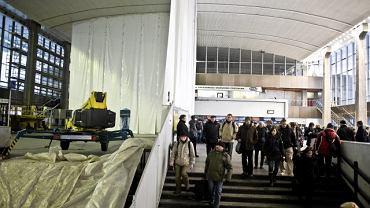 Hala Główna Dworca Centralnego podczas liftingu  w 2010 r.: pół sufitu czyste, pół jeszcze nie