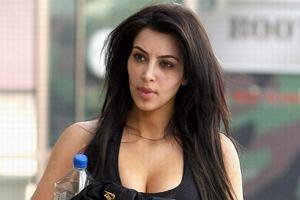 Kim Kardashian czyli gwiazda znana z tego, że jest znana znów znalazła się w centrum zainteresowania mediów. Modelka przechadzała się ulicami Los Angeles w luźnym stroju. Zdjęcia Kim bez makijażu szybko obiegły świat. Jak podoba wam się naturalna Kim?