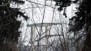 Resztki starej wieży do skoków przy nowym stadionie Legii