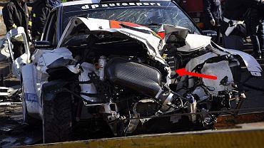 Czerwoną strzałką na zdjęciu zaznaczyliśmy miejsce, w którym stalowy filar przebił auto Roberta Kubicy powodując najgroźniejsze obrażenia kierowcy
