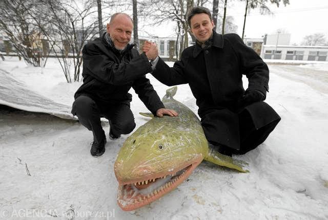 8 stycznia 2010 roku. Zbigniew Złonkiewicz (z lewej) i Piotr Szrek po ogłoszeniu sensacyjnego odkrycia śladów tetrapoda sprzed 395 milionów lat