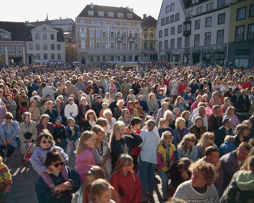 Fobia. Tłum ludzi zgromadzony na Placu Ratuszowym w Tallinie, w Estonii. Lęk przed zatłoczonymi miejscami, inaczej agorafobia, jest jedną z najczęstszych fobii