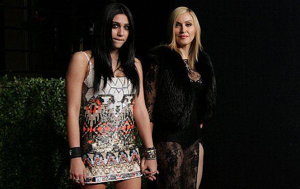 Nie Lady Gaga, nie Britney, ale właśnie Lourdes Leon szykowana jest na następczynię Madonny. W końcu to jej córka. Wszyscy ją pamiętają jako małą słodką brunetkę, zawsze modnie ubraną. Teraz ma 15 lat i wygląda coraz bardziej sexy. Krótka sukienka, wysokie buty. Wszystko wskazuje na to, że pójdzie tą samą drogą co mama.