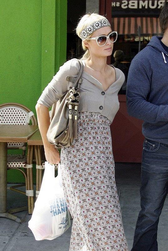 Paris Hilton wychodzi z restauracji w Hollywood