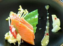 Marynowany łosoś w wiśniówce z sosem z kopru i sera białego na sałatce z kiełków fasolki szparagowej - ugotuj
