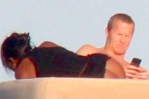 Naomi Campbell na jachcie w Miami zaliczyła małą wpadkę. Jej chłopak Vladislav Doronin miał niezły ubaw, kiedy wiatr zadarł modelce spódniczkę tak, że oczom paparazzich ukazała się... goła pupa!
