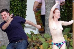 Kathy Griffin to amerykańska aktorka i komik oraz działaczka na rzecz praw gejów i lesbijek. Najwyraźniej jest bardzo zadowolona ze swojego ciała, skoro tak lubi się nim chwalić. My mamy trochę mniej życzliwy stosunek - zarówno do jej urody, jak i przedstawienia, jakie odstawiła.