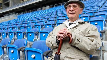 Stanisław Atlasiński podczas wizyty na stadionie przy okazji swoich 92. urodzin (kwiecień 2011)