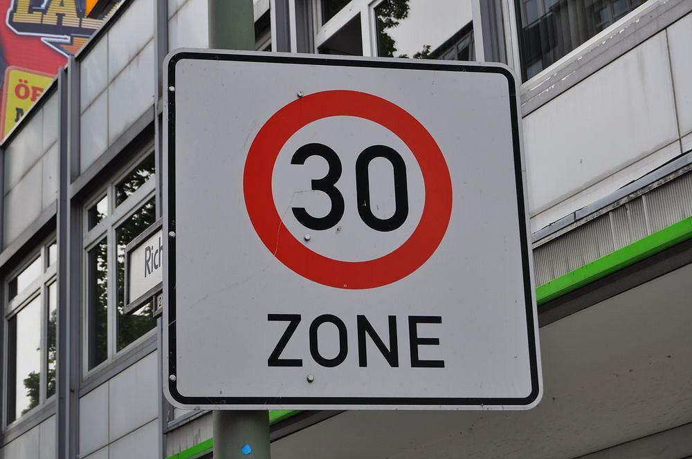 Znak wjazdu do strefy Tempo 30 w Berlinie