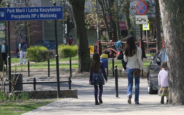 Marta Kaczyńska-Dubieniecka na spacerze z córkami.