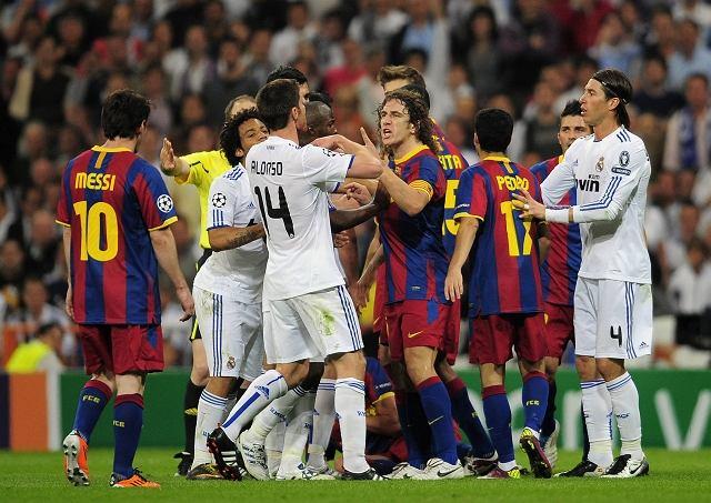 Kłótnia piłkarzy Realu i Barcelony w I połowie meczu w półfinale Ligi Mistrzów