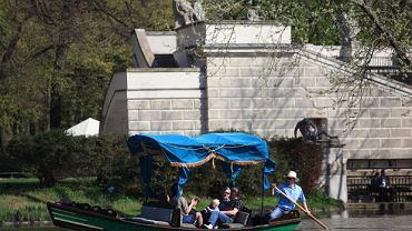 Łazienki Królewskie. Pałac na Wyspie - gondola przed pałacowym stawem / Bartosz Bobkowski / Agencja Gazeta