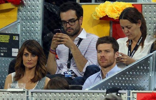 Xabi Alonso z synkiem i żoną na trybunach podczas turnieju tenisowego Madrid Open