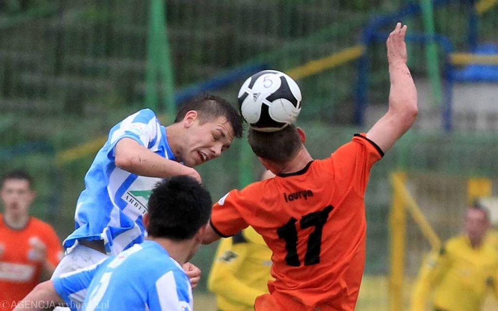 Paweł Alancewicz (główkuje). Mecz Wigry Suwałki - Stomil Olsztyn w 2011 r.