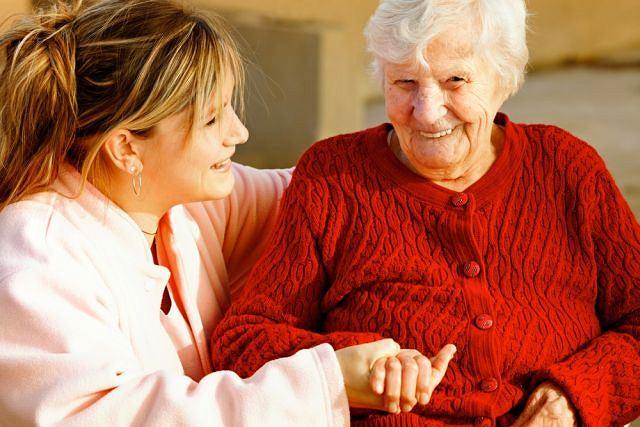 Pomoc pielęgniarki służy nie tylko stałym opiekunom osoby przewlekle chorej. Często jest dobrze przyjmowane przez samego pacjenta, traktowane, jak atrakcja.