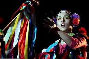 Kolorowe wstążki, seledynowe renifery, wełniane pukle - Stylizacja Brodki na Open'er Festival 2011 jak zawsze była spójna ze wszystkimi na trasie promującej płytę Granda. Monika mimo rzęsistej ulewy wyszła na scenę kolorowa jak tęcza. Miała na sobie różową bluzę z ręcznie wyciętym dekoltem i podwiniętymi rękawami. Była to jednak tylko podstawa stylizacji, bo to sukienka z taśm i multikolorowych wstążek grała główną rolę. Do tego Brodka założyła na głowę przepaskę w kalejdoskopowy wzór, wykończoną wełnianymi puklami i zaprezentowała jak zawsze ostatnio, neonowy graficzny makijaż. Całość stanowiła świetną mieszankę czerpaną z inspiracji stylem etno, folk, i indie. Zresztą... zobaczcie sami!