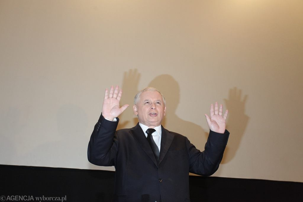 Jarosław Kaczyński przemawia w kinie