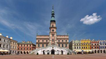 Zamość. Warto polecić, bo ma starówkę, jakiej nie ma nigdzie indziej w Polsce. Zbudowano ją według włoskich wzorów miasta idealnego. Zamość to także brama do pięknej polskiej krainy - Roztocza.
