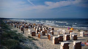 Rugia, Niemcy. Największa niemiecka wyspa to raj dla plażowiczów i miłośników sportów wodnych. Piaszczysta linia brzegowa z wieloma zatokami, półwyspami i mierzejami oraz przepiękne kredowe klify to atuty Rugii. Wokół pięciu półwyspów Rugii można pływać jachtami, kajakami, żaglówkami. Zatoki przyciągają miłośników windsurfingu. Najpiękniejsze plaże to Binz i Sellin. Najbardziej malowniczym zakątkiem wyspy jest porośnięty lasami Stubnitz półwysep Jasmund.