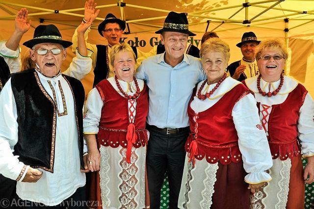 Premier Donald Tusk na spotkaniu z mieszkańcami Cisnej (Podkarpacie), 17 lipca