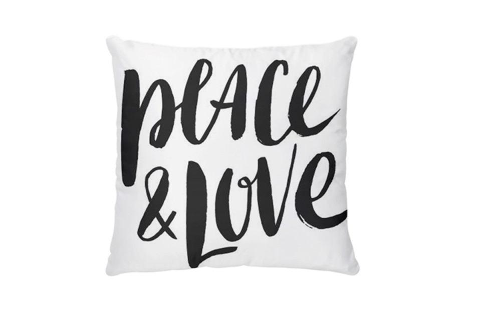 Poduszka z napisem 'Peace & Love' to świetny pomysł na prezent dla drugiej połowy.