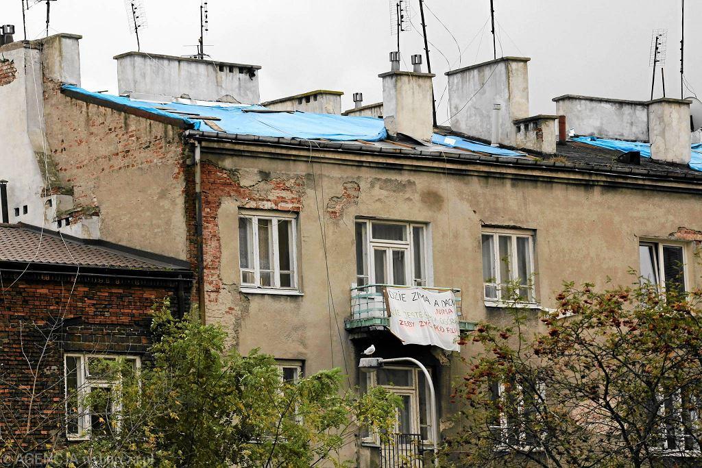 Pozbawiona dachu kamienica przy ul. Wołomińskiej, na Szmulkach w Warszawie