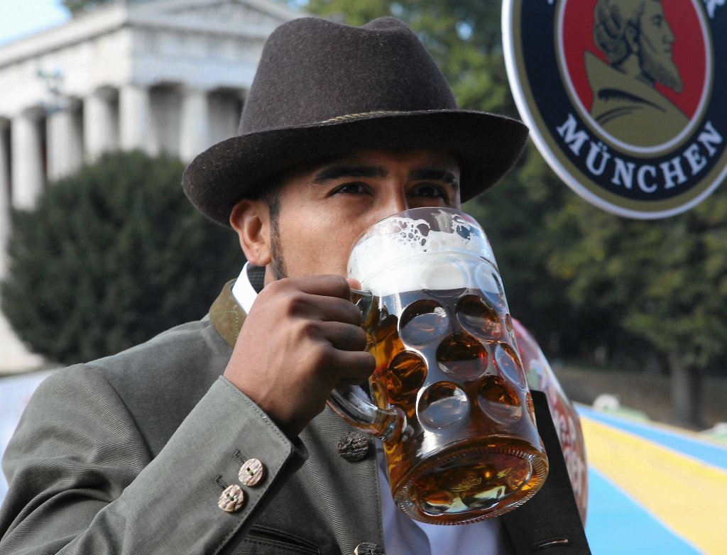 Gul, gul, gul. Arturo Vidal lubi alkohol. Niedawno pod jego wpływem spowodował wypadek. Miejmy nadzieję, że tym razem nie usiadł za kółkiem