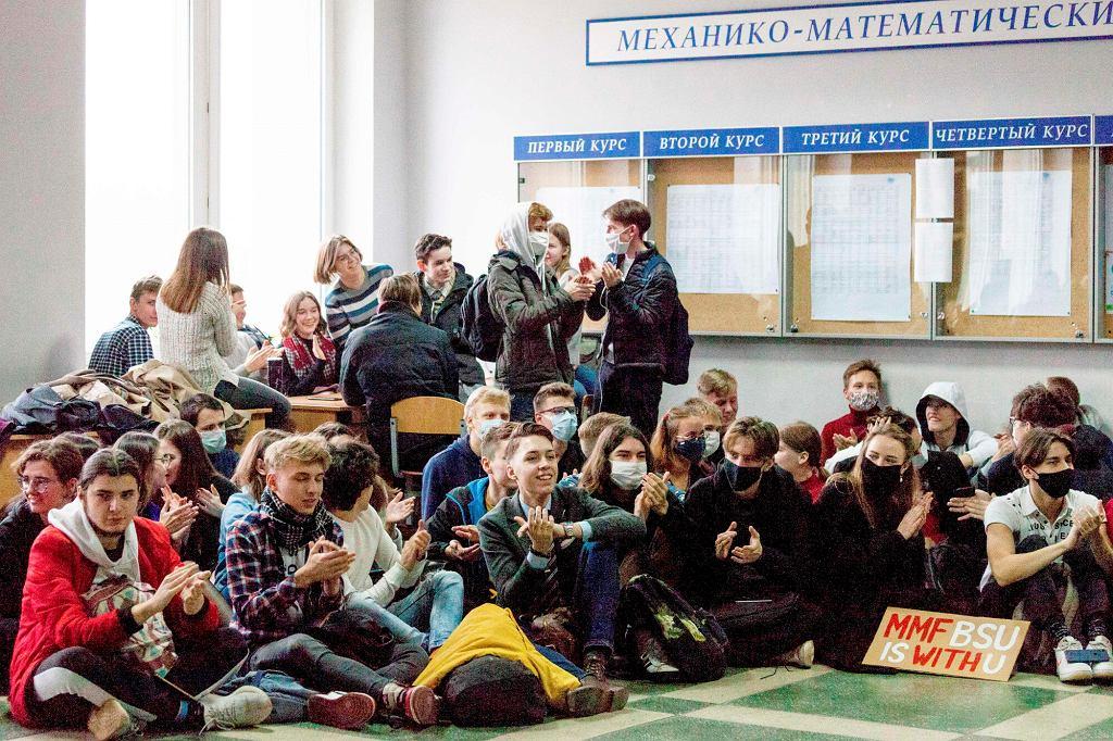 Studenci Białoruskiego Uniwersytetu Państwowego podczas ogólnokrajowego strajku. Mińsk, 26 października 2020 r.