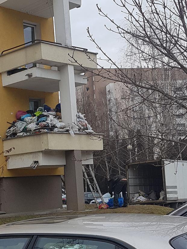 Zaśmiecony balkon na Gocławiu. Właściciel sprząta swoje śmieci