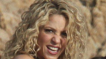 Shakira wzięła udział w sesji zdjęciowej nad hiszpańskim wybrzeżem Tossa de Mar. Większe wrażenie od bajecznych okoliczności przyrody robił starannie wyrzeźbiony brzuch wokalistki i jej zgrabna figura, którą może się pochwalić zaledwie 8 miesięcy po porodzie. Podczas sesji towarzyszył jej dwuletni syn, Milan.