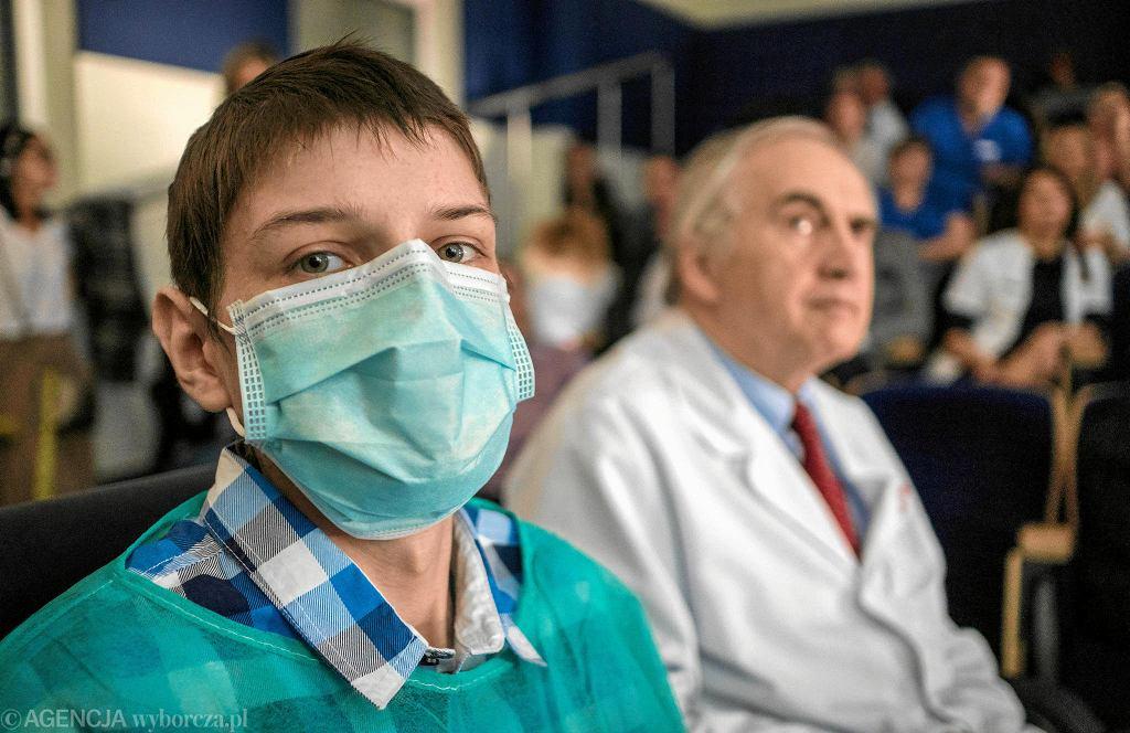 Rafał Kowalczuk jest pierwszym w Polsce pacjentem, u którego lekarze ze Śląskiego centrum Chorób Serca w Zabrzu wykonali jednoczesny przeszczep płuc i wątroby. W tle profesor Marian Zembala