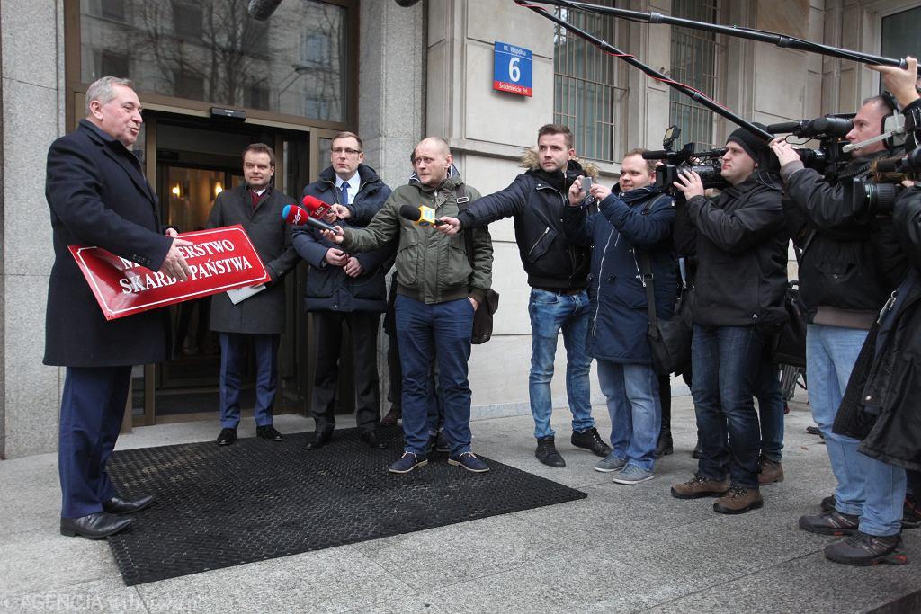 Przewodniczący Komitetu Stałego Rady Ministrów Henryk Kowalczyk 'likwiduje' Ministerstwo Skarbu Państwa. Warszawa, 3 stycznia 2017