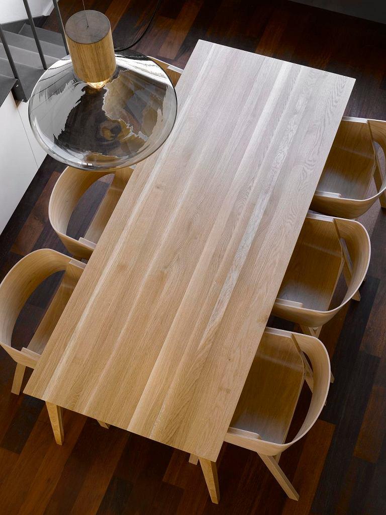 Efektownym uzupełnieniem krzeseł i foteli marki Ton będą okrągłe stoliki kawowe z kolekcji Delta /dostępne w różnych wymiarach/ czy tradycyjne stoły prostokątne z linii Grand czy Jutland.