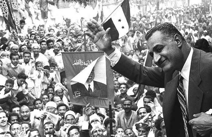 Prezydent Egiptu Gamal Abdel Naser machający do tłumów w Al-Mansura, 7 maja 1960 r.