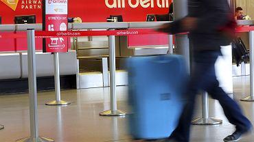 Pasażer przy stanowiskach odprawy Air Berlin na lotnisku Tegel w Berlinie.  12 czerwca 2017