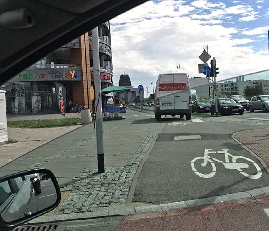 Samochód Poczty Polskiej na drodze rowerowej