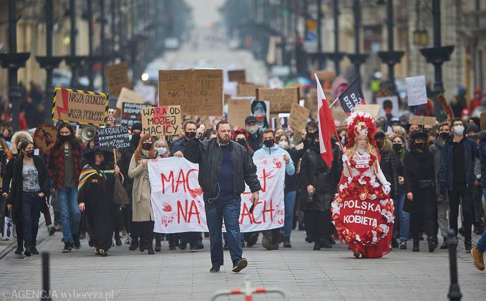 Strajk Kobiet w Łodzi. Koordynatorzy spacerów protestacyjnych zapewniają uczestnikom pomoc prawną