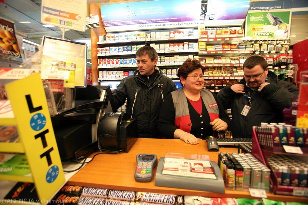 Od lewej: Marek Guzulewski, przedstawiciel sprzedaży Lotto, Hanna Radziejowska, sprzedawczyni i Tomasz Rojek, kierownik sprzedaży na stoisku InMedio w jednym z gdyńskim supermarketów, gdzie w lutym 2012 r. padła rekordowa wygrana blisko 34 mln zł (fot. Dominik Sadowski / Agencja Gazeta)