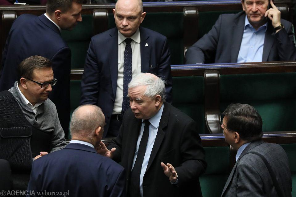 Prezes Jarosław Kaczyński wśród partyjnych podwładnych. 77 posiedzenie Sejmu VIII Kadencji, Warszawa, 30 stycznia 2019