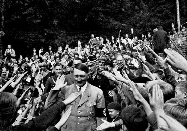 Obersalzberg w Alpach Bawarskich, 1934 rok. Adolf Hitler witany w drodze do swego letniego domu Berghof. Historycy szacują, że popierało go wówczas od 50 do 65 proc. Niemców. Największą popularność osiągnął w 1940 roku, po pokonaniu Francji. Po wojnie entuzjazm wobec nazistów Niemcy przemilczali, podobnie jak zbrodnie wojenne i?Holocaust. Zaczęło się  to zmieniać dopiero w latach 60.  XX wieku.