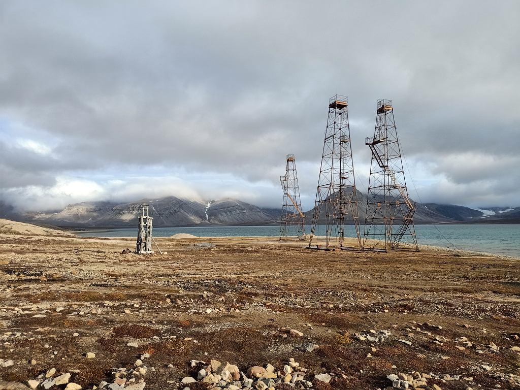 Pozostałości po działaniach poszukiwawczych surowców prowadzonych przez Rosjan. Spitsbergen, okolice stacji polarnej UAM.