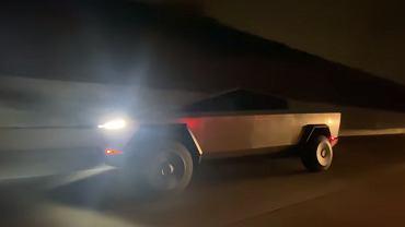 Tesla Cybertruck na ulicach Malibu