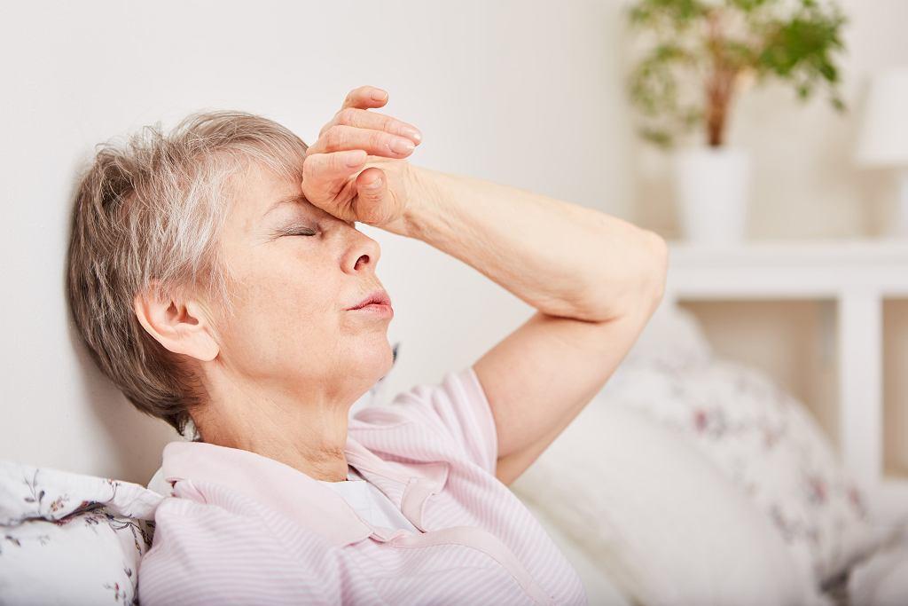 Zawroty głowy podczas leżenia mogą mieć różną przyczynę. Zdjęcie ilustracyjne