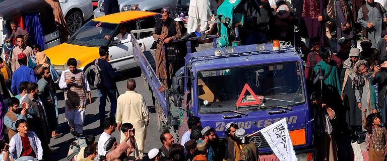 Afganistan. Talibowie powiesili na dźwigu ciało mężczyzny, który miał złamać prawo